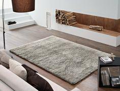 un petit tapis shaggy en gris clair dans le salon moderne