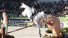 Stangenhalter: Die Südafrikanerin Cara Bianca Frew meistert mit ihrem Pferd Leopold Pierreville ein kurioses Hindernis