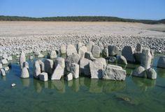 Dolmen del Guadalperal en la Finca del Duque de Peñaranda. Tan sólo es visible en los veranos en los que la sequía es muy severa.