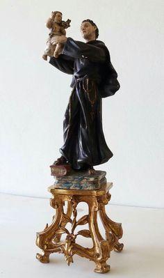 TALHA ESCULTURA JÚLIO LEAL :Santo António de Lisboa, esculpido em madeira policromada e dourada.35cm, sobre peanha entalhada, vazada e dourada.