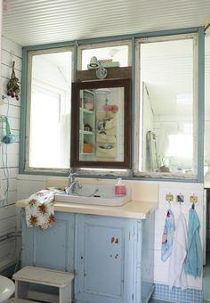 Vessan kaluston voi koota vanhoista tavaroista. Furnish toilet with old objects. | Unelmien Talo&Koti Kuva: Hanne Manelius Toimittaja: Ilona Pietiläinen
