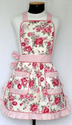 avental Casa com Grife! I am so going to make this with an added ruffle on the bibLove the gingham and floral combination on this apronRose print with ruffled gingham trim ~This apron illustrates how pink is actually light red.Love this rosie apron! Cute Aprons, Sewing Aprons, Apron Designs, Aprons Vintage, Creation Couture, Kitchen Aprons, Sewing Hacks, Dressmaking, Sewing Patterns