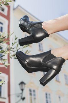 Bezaubernde Ankle-Boots für viele Looks: Mit diesen schwarzen Stiefeletten liegst Du immer richtig. Paul-green.com #derschuhmeineslebens #paulgreen #paulgreenlovesyou #blackankleboots #blackleather Dna, Ankle Boots, Shoes, Fashion, Paul Green Shoes, Black Ankle Boots, Ankle Booties, Moda, Zapatos