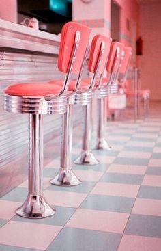 Ecco i consigli di arredamento anni 50 per una casa dal look colorato e di design.