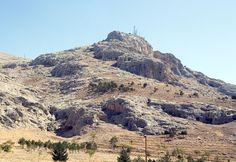 Toprah-Kale.Modern Van şehrinin doğusunda yer alan Toprakkale (Rusahinili), Kral I. Rusa onuruna şehre Rusahinili adı verilmişti.