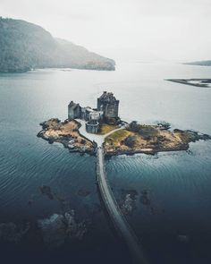 Eilean Donan Castle overlooks the Isle of Skye, at the point where three great sea-lochs meet. ▫️ Bishop Donan chose the tranquil spot back… Scotland Castles, Scottish Castles, Beautiful Castles, Beautiful Places, Places To Travel, Places To See, Landscape Photography, Travel Photography, Wedding Photography