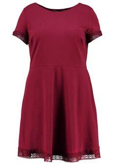 Robes T-shirt Dorothy Perkins Curve Robe en jersey - red rouge foncé: 29,00 € chez Zalando (au 30/08/16). Livraison et retours gratuits et service client gratuit au 0800 915 207.