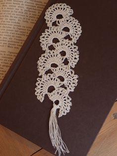 Marque page coquillage au crochet écru - Fait main : Marque-pages par les-envies-damelie  Marque page écru en dentelle Réalisée au crochet.  Ce marque page pourra accompagner vos lectures tout en finesse et délicatesse, avec un soupçon de romantisme.  Il fera aussi un très joli cadeau.  #marquepage #crochet #coquille