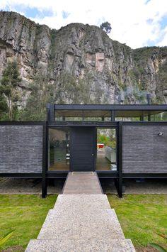 Casa Suesca / BAQUERIZO Arquitectos | Plataforma Arquitectura Cabana, Modern Entrance Door, Garage Guest House, Steel Frame House, Pergola, Cheap Houses, Underground Homes, Modern Farmhouse Exterior, Modern Cottage