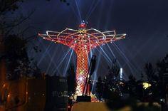Si accendono le luci dell'Albero della Vita al cantiere Expo. Uno spettacolo di colori e luci che prende forma nella notte, durante le prove di illuminazione. L'installazione, ideata dal creativo Marco Balich, è una delle attrazioni del Padiglione Italia, che regalerà spettacoli quotid