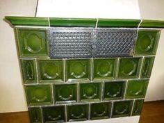 Kachelnfliesen, bereits demontiert von einem alten Kachelofen, Farbe grün, sehr guter Zustand, Stückzahl: 35 Kachelfliesen, davon 4 in Eckausführung, zusätzlich 8 Fliesen der Umrandung oben. ohne Gitter