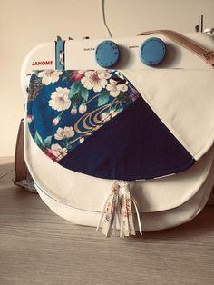 Sac Musette en simili blanc et tissus bleus cousu par Clementine - Patron Sacôtin