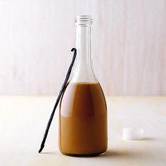 Sahne-Karamell-Sirup Rezept | Dieser cremig-süße Sirup würzt Kaffee und Cocktails und schmeckt super zu Eis und Pudding. | 1 Vanilleschote, 100 g Zucker, 100 g Sahne