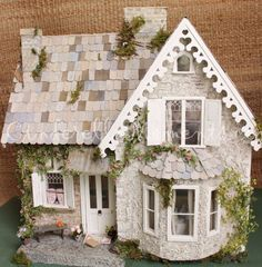 Cinderella Moments: Wiltshire Cottage Dollhouse-- Different Color Shingles! Putz Houses, Fairy Houses, Doll Houses, Diy Dollhouse, Dollhouse Furniture, Dollhouse Miniatures, Victorian Dollhouse, Modern Dollhouse, Miniature Rooms