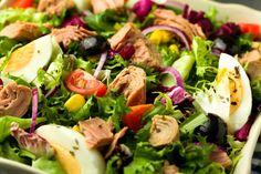 Salată cu ton şi ouă fierte - Retete culinare - Romanesti si din Bucataria internationala Vegan Recipes, Cooking Recipes, Vegan Food, Healthy Food, Seitan, Tzatziki, Cobb Salad, Potato Salad, Zucchini