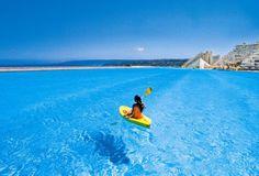"Paddeln mit Meerblick: Der Pool ""Crystal Lagoons"" liegt direkt am Pazifik und garantiert Hai-frei!  © San Alfonso del Mar"