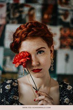 Für tolle Fotos Zuhause brauchst du aufwendige Requisiten? Absolut nicht! Nutze wie hier ganz einfach eine schöne Blume, dazu eine spannende Pose, ein paar hübsche Accessoires und eine schöne Frisur können deine nächsten Fotosdirekt viel kreativer und spannender aussehen lassen. Pose, Game Of Thrones Characters, Dreadlocks, Hair Styles, Beauty, Freckles, Creative Photography, Picture Ideas, Nice Hairstyles