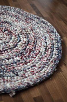 Virkad matta av återbrukat påslakan. Crochet rug #crochetrug #crochet