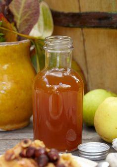 Lav hjemmelavet æblesirup af efterårets dejligste æbler. Brug den til din morgenmad eller en skøn dessert. Chutney, Pesto, Delicious Desserts, Yummy Food, Scandinavian Food, Cocktail Ingredients, Danish Food, Smoothie, Candy Cookies