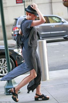 Fedorable: Scarlett Johansson seems to be keeping her new red locks under wraps in NYC on ...