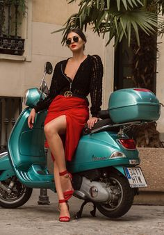 This is my favorite bike.I will buy it. I like it soo much. Vintage Vespa, Scooter Motorcycle, Motorbike Girl, Motor Scooters, Vespa Scooters, Motos Vespa, Chicks On Bikes, Scooter Custom, Piaggio Vespa