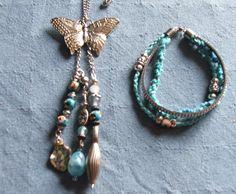 Claudias Tierkunst Design Kette mit silberfarbenem Schmetterling und Perlen in Türkis und Silber und passendes Armband