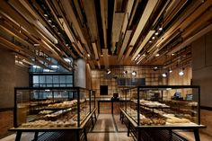The external aspects of performance in spatial planning, abandoning the traditional bread against the wall display of bread showcase, to two super large Nakajima bread cabinet as the core of the space and visual focus, large piles of bread mountain become give the customer the most direct visual impact, more brought a subversive market topic.