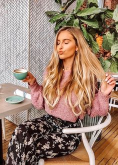 Coffee Girl, My Coffee, Coffee Shops, Coffee Lovers, Stunning Women, Beautiful, Sweet Coffee, Coffee Drinkers, Coffee Break
