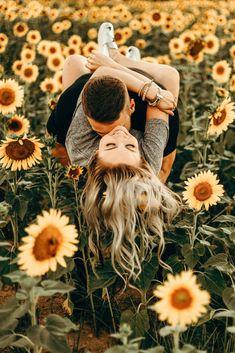 Pictures Couple Poses Sunflower Field : The Life of a Womann Casal coloca campo de girassol: a vida de uma mulher Couple Photoshoot Poses, Couple Photography Poses, Couple Posing, Couple Shoot, Friend Photography, Couple Pics, Maternity Photography, Fall Couple Pictures, Family Photography