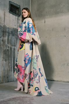 Roksanda Pre-Fall 2019 Fashion Show Collection: See the complete Roksanda Pre-Fall 2019 collection. Look 31 Roksanda, Luxury Dress, Fashion Show Collection, Vogue Paris, Mannequins, Street Style Women, Street Styles, Passion For Fashion, Autumn Winter Fashion