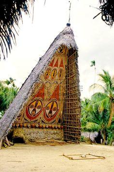 Haus Tambaran (ceremonial men's house), Yomikum Village, Maprik, Papua New Guinea