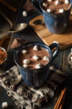 Imagen de chocolate hot chocolate and winter Kaffee und Tee Café Chocolate, Christmas Chocolate, Chocolate Treats, Homemade Chocolate, Chocolate Cosmos, Chocolate Caliente, Think Food, Mini Desserts, Coffee Time