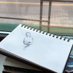 ニューヨークに住む Wahyu Ichwandardi (@pinot) さんは家族でアニメーションを制作している。彼の動画の特徴は、手描きのイラストとリアルな世界の融合。動画制作は、祖国インドネシアでアーティストとしても活躍していた父から教わった。「アニメーションの筋書きはいつも、平面の世界と現実世界が交差するものです。交差する瞬間が、ストップモーションとよばれる技法の醍醐味です」数ある作品の中でも特に注目を集めているのが、イラストとして描かれた小鳥が現実世界に飛び出すシリーズ。15秒のアニメーションのために、およそ100枚から200枚のイラストを描き、それをパソコンに取り込んでいるのだとか。個人活動以外では、ニューヨークのクイーンズ地区にある自宅のアトリエで、奥さんと子どもたちと共同でアニメーションをつくることもあるという。「子どもたちにアートを教える場で、逆に子どもたちから教わっています。子供の頃の想像力をね」  Video by @pinot