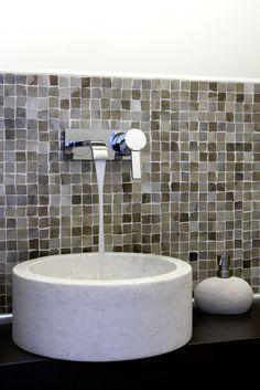 Το μέταλλο συναντά τα γήινα υλικά στο μπάνιο μονοκατοικίας στο Π. Ψυχικό