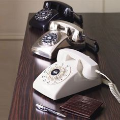 Our popular 1950s-style Dreyfuss 500 phone is available in brushed chrome, black and white. Features include redial button, ringer volume and on/off switch and tone or pulse switch.