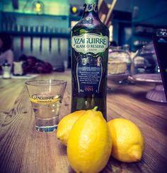 Para el blanco mejor con limón no? #drink #drinks#slurp #TagsForLikes #pub #bar #liquor #yum #yummy #thirst #thirsty #instagood #cocktail #cocktails #drinkup #glass #can #photooftheday #vermut #vermouth #esenciadelonuestro #aperitivo #food #yzaguirre #foodie #picture #limon #lemon by vermutyzaguirre