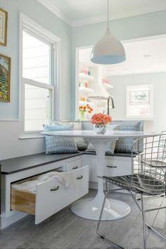aménagement coin repas d'angle - banquette avec rangements décorée de coussins…