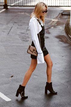 Camille Charriere mini vestido salopete, camisa branca e ankle boots.
