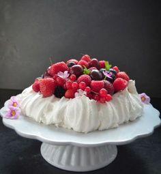 Beeren-Pavlova sommerliche Baisertorte von Kochen aus Liebe -  #BackenSüßspeisen, #Bloggeburtstag