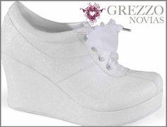¡Después del baile con su ya esposo pueden cambiar sus zapatos por los clásicos tenis de novia para que aguanten hasta el final!