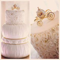 """Nur wahren Kenner wissen, dass die kleine Kutsche aus """"Cinderella"""" stammt. #Disney #Cinderella #Torte #Hochzeitstorte"""