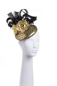 Tocado dorado con plumas negras. Golden headdress with black feathers.