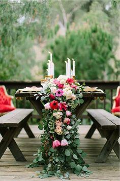 gartentisch rustikal-dekoration üppig-blumenstrauß tulpen-rosen