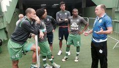 Curtinha: jogadores da Chape voltam e conversam com ex-atacante Alcindo +http://brml.co/1DfXxFV