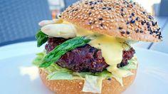 Burger with asparagi and hollandaise sauce