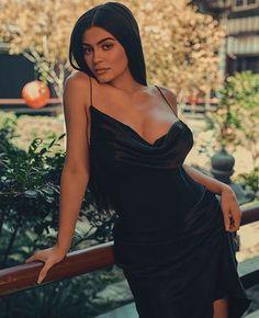 Is Dark Lipstick Becoming The Official Kardashian/Jenner Family Makeup Trend? Kyle Jenner, Kendall E Kylie Jenner, Looks Kylie Jenner, Kylie Jenner Style, Kylie Jenner Photoshoot, Kylie Jenner Dress, Kardashian Kollection, Kardashian Jenner, Estilo Kylie Jenner