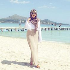 hijab and stylé image Arab Fashion, Islamic Fashion, Muslim Fashion, Modest Fashion, Unique Fashion, Stylish Hijab, Casual Hijab Outfit, Hijab Chic, Mode Abaya