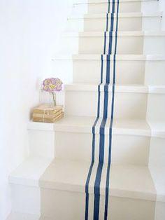 Un effet de perspective sympa donné avec ces bandes de peinture bleu qui soulignent le fond couleur lin sur les marches