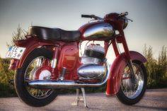 """Die Jawa 350 war das hubraumstärkste Motorrad, das es in den 60-er Jahren in der DDR zu kaufen gab. Weniger die Leistung des 2-Zylinder-2Taktmotor von Anfangs 16PS sondern der kernige Sound der Maschine machten dieses Modell zum Kult-damals und heute! Diese Maschine wurde 2009/10 vollrestauriert und tut somit nach fast 50 Jahren immer noch ihren Dienst. Ein Hinweis für Jawa-Neulinge: Bei Jawa ist vieles """"anders"""": Der erste Gang liegt oben (alle weiteren zum Schalten nach unten), die Nadel… Jawa 350, East Germany, Vintage Bikes, Eastern Europe, Cool Bikes, Vespa, Cars And Motorcycles, Motorbikes, Cool Stuff"""