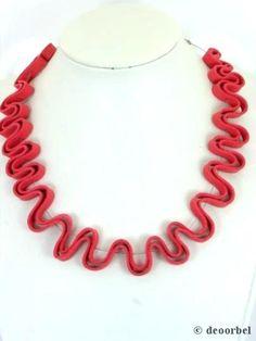 Halsketting van rood suede leer op staaldraad voor maar €7,95 www.deoorbel.nl #halsketting #ketting #necklage